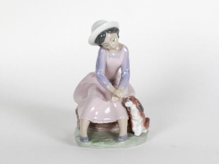 Lladro figurine: Girl sitting with a puppy - IB08691